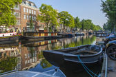 Amsterdam, Netherlands, on July 10, 2014. Inhabited boats at the coast of the channel — Photo