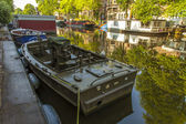 Amsterdam, Netherlands, on July 10, 2014. Inhabited boats at the coast of the channel — Stock Photo