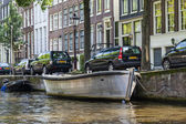Amsterdam, Netherlands, on July 10, 2014. A typical urban view with old buildings on the bank of the channel — Foto de Stock