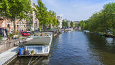 Amsterdam, Netherlands, on July 10, 2014. Inhabited boats at the coast of the channel — Stockfoto