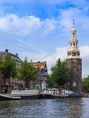 Amsterdam, paesi bassi, su 10 luglio 2014. tipica veduta urbana con vecchi edifici sulla riva del canale — Foto Stock