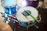 Podrobnosti o řadu bicí na jevišti, připraven na koncert. drumm — Stock fotografie
