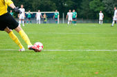 Jugador de fútbol patea la pelota. imagen horizontal del fútbol bola wi — Foto de Stock