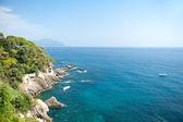 Piękny krajobraz śródziemnomorski. widok na morze, nachylenie i luksusowy ośrodek. widok z genui zatoki, liguria, włochy. — Zdjęcie stockowe