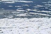 Zamarznięta rzeka w zimie — Zdjęcie stockowe