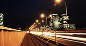 Rychle jedoucího auta v noci — Stock fotografie