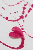 Cuore di carta e macchie rosse — Foto Stock