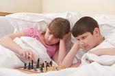 子供のベッドでチェスをプレイします。 — ストック写真