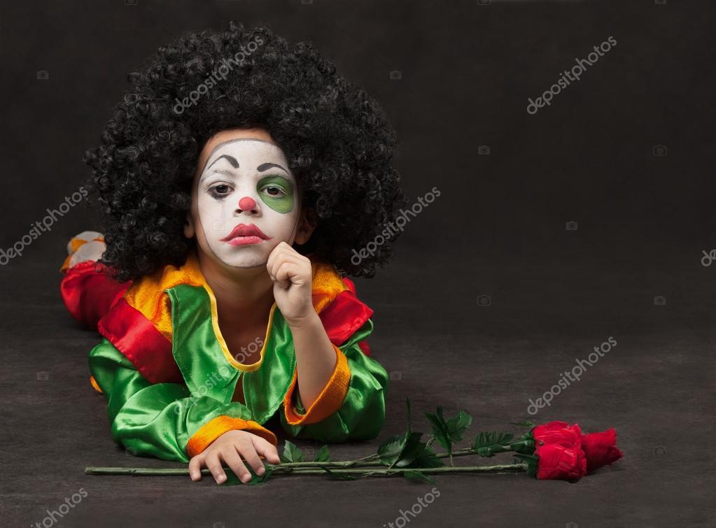 Petit garçon, maquillage du clown avec roses \u2014 Image de glenkar