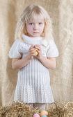 Little girl holding an Easter egg — Stock Photo