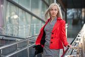 Mujer hermosa chaqueta roja — Foto de Stock