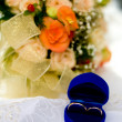 Two gold wedding rings - Stockfoto