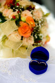 Two gold wedding rings — Stockfoto