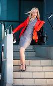 Açık gri elbiseli genç kadın — Stok fotoğraf