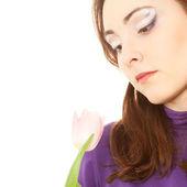 Mooie vrouw met roze tulp — Stockfoto
