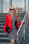 Donna in piedi giacca rossa sul negozio — Foto Stock