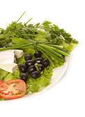 Um prato de alface, queijo feta, azeitonas pretas e tomate — Foto Stock