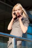 Donna chiamata per telefono — Foto Stock