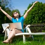 Frau, die die Sonne genießen — Stockfoto