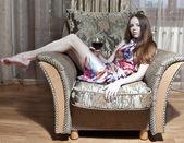 Mulher sexy, sentado na poltrona — Foto Stock