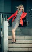 Joven mujer vestida de gris al aire libre — Foto de Stock