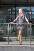 Hermosa mujer parada cerca del centro comercial — Foto de Stock