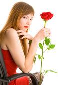 Aantrekkelijke jonge vrouw met rode roos — Stockfoto