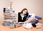 Jeune femme d'affaires avec des tonnes de documents — Photo