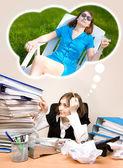 Jovem secretária com um monte de pastas sonhando com um verão — Foto Stock