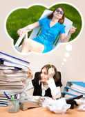 Unga sekreterare med en massa mappar drömmer om en sommar — Stockfoto
