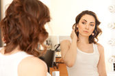 Mujer mirando al espejo — Foto de Stock