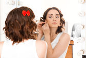 Mujer mirando al espejo studio — Foto de Stock