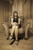 Sexig kvinna sitter — Stockfoto