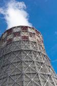 Büyük soğutma kuleleri ile enerji santrali — Stok fotoğraf