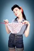 Pendurar a calcinha de mulher bonita — Foto Stock