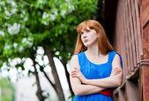 Schöne frau im blauen kleid im freien — Stockfoto
