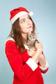 Foto de mujer sosteniendo un gatito — Foto de Stock