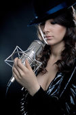 Foto del cantante con microfono da studio — Foto Stock