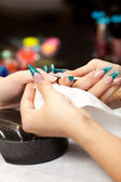 Vrouw bij manicure — Stockfoto