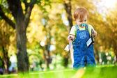 緑豊かな公園で財布と一緒に遊んで幸せな赤ちゃん — ストック写真
