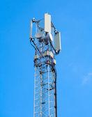 Telecommunicatie toren op een blauwe hemel — Stockfoto