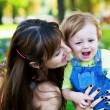Foto Stock: Baby with mom in greenl summer park