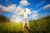 Szczęśliwa dziewczyna nad niebieski niebo — Zdjęcie stockowe