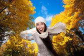 šťastná žena na podzimní obloze na pozadí — Stock fotografie