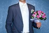 Sposo tiene bouquet sposa bella — Foto Stock