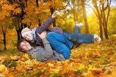 счастливый отец и сын в желтый осенний парк — Стоковое фото