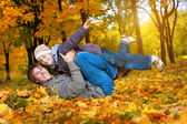 šťastný otec a syn v žluté podzimní park — Stock fotografie
