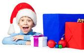 Niño feliz con un montón de regalos de navidad — Foto de Stock