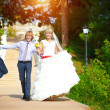 Newlyweds are walking in the green park — Stock Photo #17822751