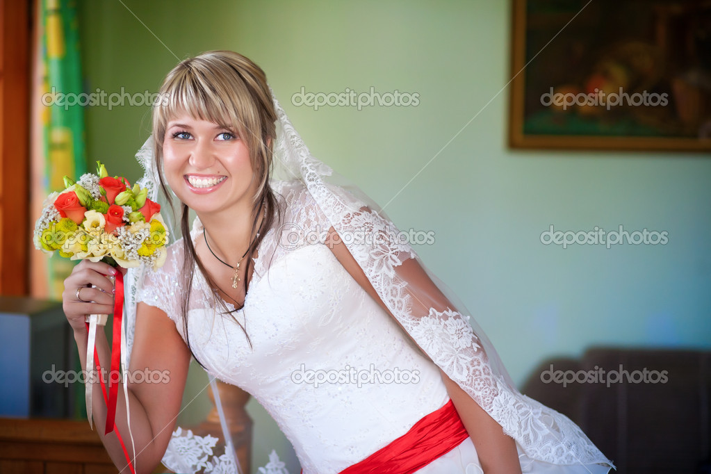 Beautiful happy bride with wedding bouquet — Stock Photo #17822783